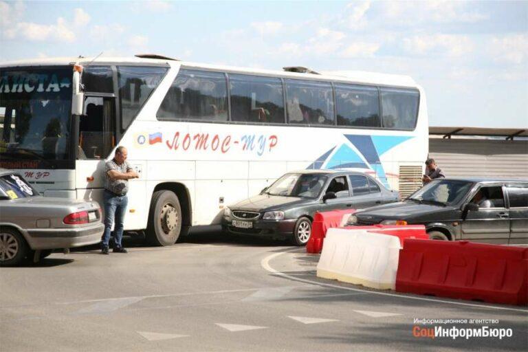 Автобус из Элисты перегородил Нулевую Продольную