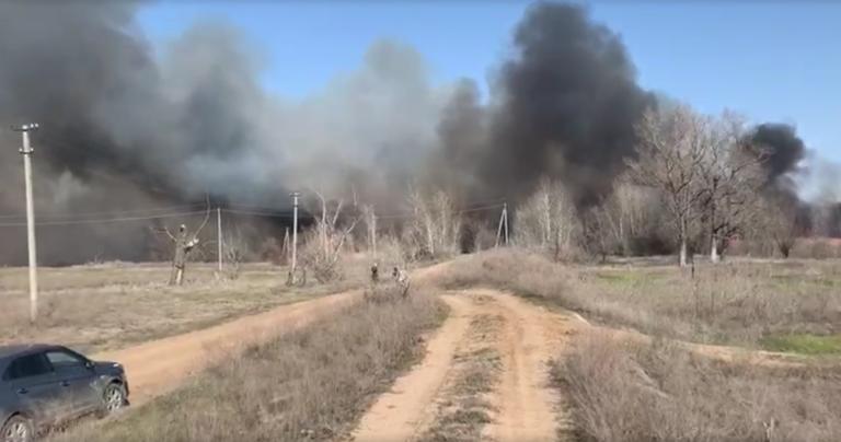 В Среднеахтубинском районе начался крупный пожар