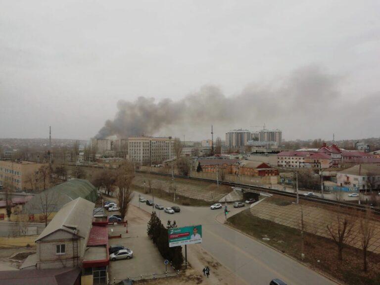 В Волгограде тушат пожар в пойме реки Царица