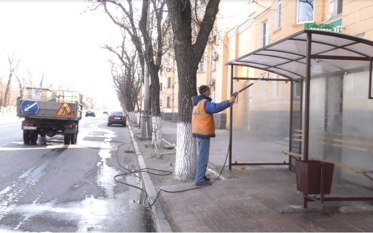 В Астрахани дезинфицируют остановки и ограждения у переходов