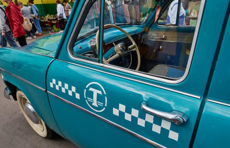Астраханский таксист обчистил автомобиль, пока ждал клиентов