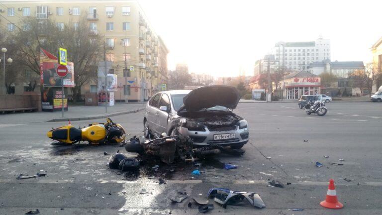 В центре Волгограда «Ford» столкнулся с двумя мотоциклами