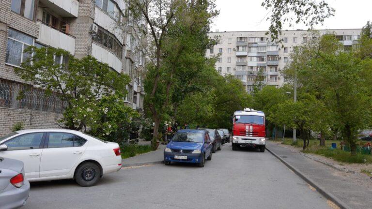 В Волгограде припаркованные машины мешают проезду пожарной техники