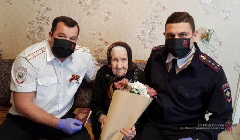 В Волжском полицейские помогли получить гражданство 101-летней пенсионерке