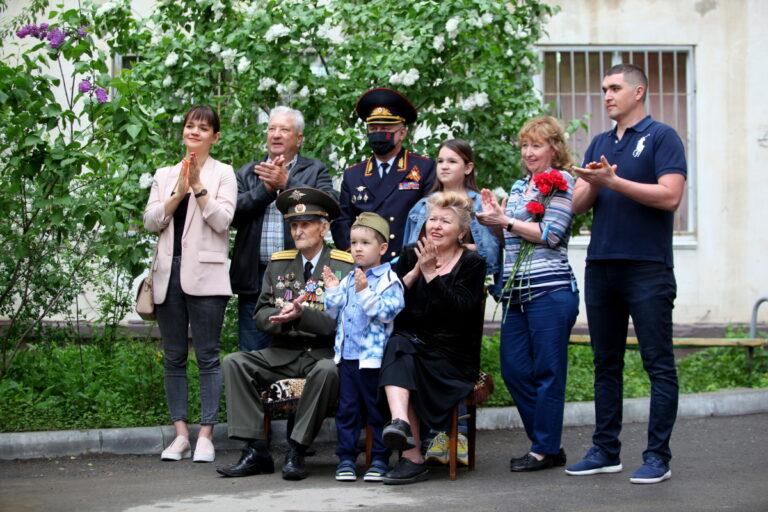 В Волгограде полицейские дали концерты во дворах своих ветеранов