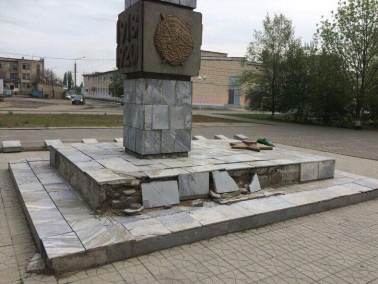 К 9 мая обветшавший памятник в Суровикино обновили маркерами