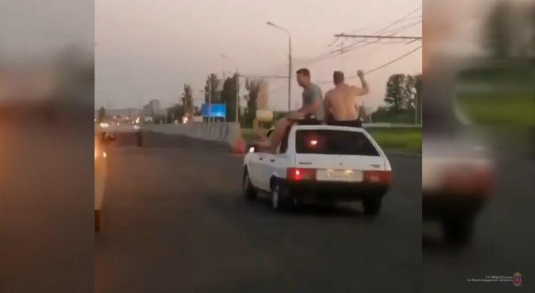 Волгоградца, который катал пассажиров на крыше авто, пригласили в ГАИ