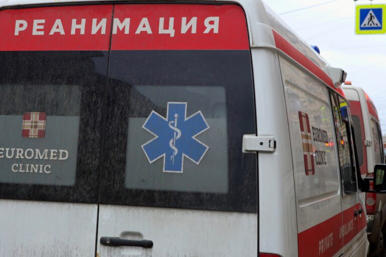 В День медицинского работника сообщили о смерти водителя скорой с COVID-19