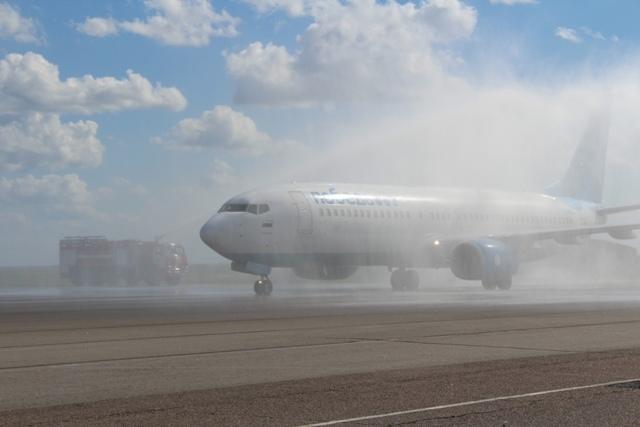 Встречали с почестями: в Волгограде после двухмесячного перерыва приземлился самолет авиакомпании «Победа»