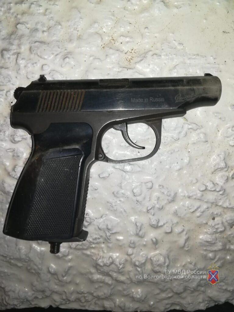 Пьяный волгоградец показал инспекторам ДПС пистолет вместо страхового свидетельства