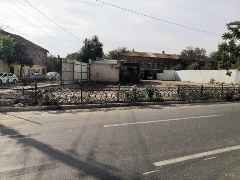 В Астрахани снесли аварийный дом, вынуждающий прохожих обходить его по проезжей части