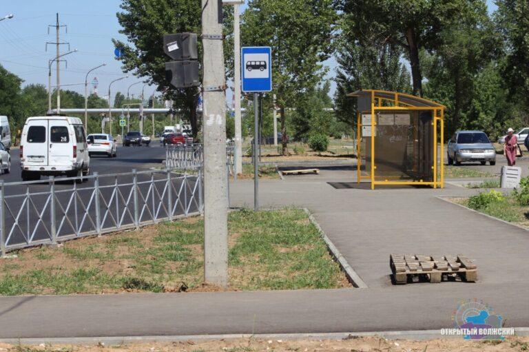 После обращения активистов в Волжском с пешеходных дорожек убрали фонарные столбы