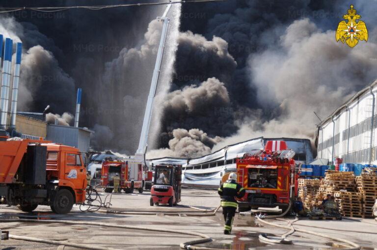 В Самаре вторые сутки тушат пожар в складском помещении