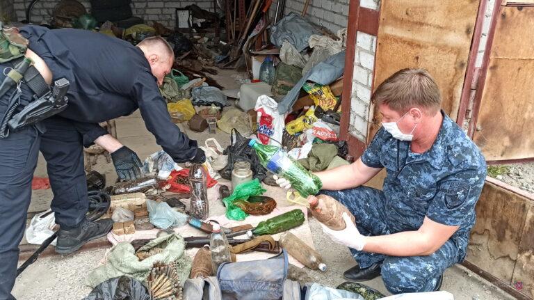 АК, гранаты и пулеметы: поисковик хранил в гараже в Волгограде целый арсенал оружия