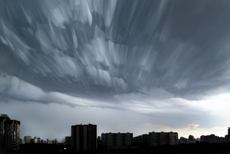 Волгоградцев предупредили о грозе и усилении ветра