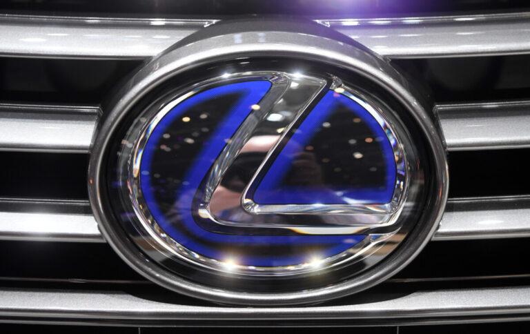 У волгоградца хотели забрать «Lexus» за долги по налогам