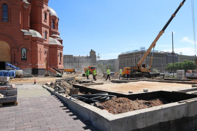 В центре Волгограда строят лестничные спуски у храма Александра Невского
