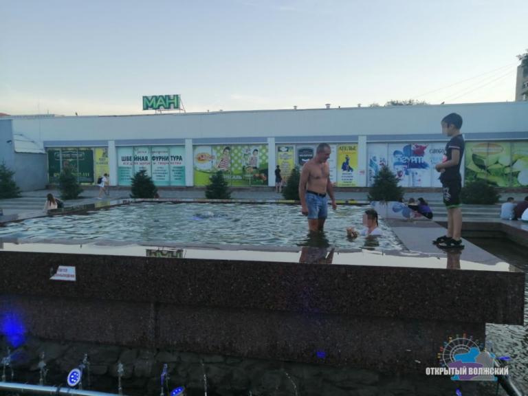Не стесняясь окружающих: в Волжском чашу фонтана превратили в бассейн