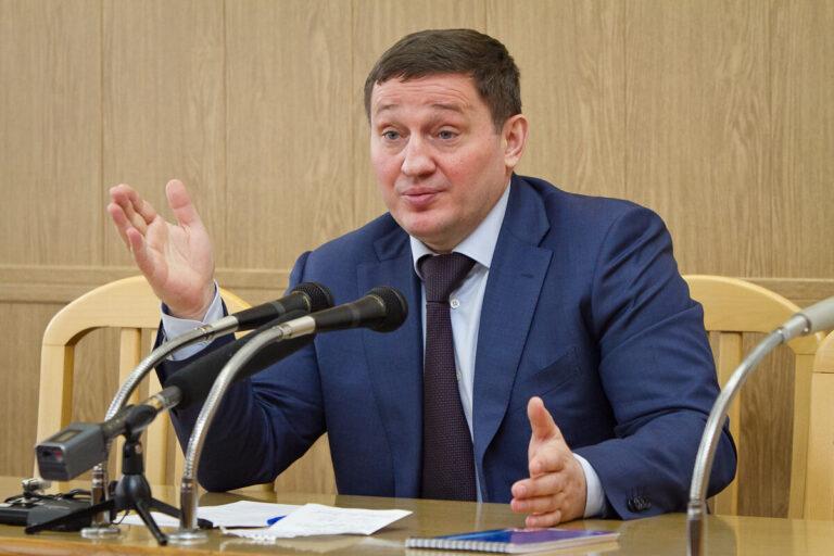 Обнародованы годовые доходы губернатора Волгоградской области и его семьи