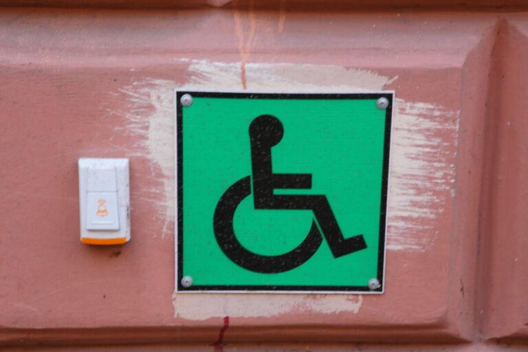 Неуместная шутка: инвалиду-колясочнику из Волжского предложили пользоваться съемным пандусом при выходе из подъезда