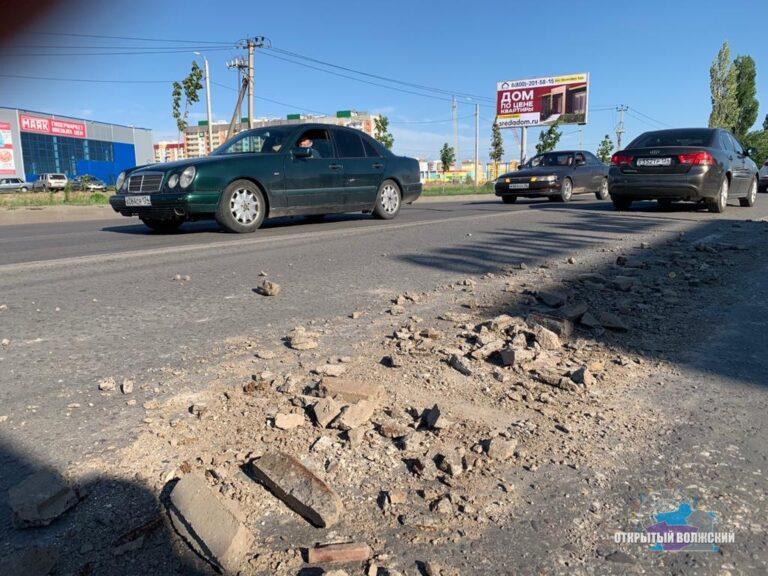 В Волжском неизвестный водитель большегруза засыпал дорогу строительным мусором