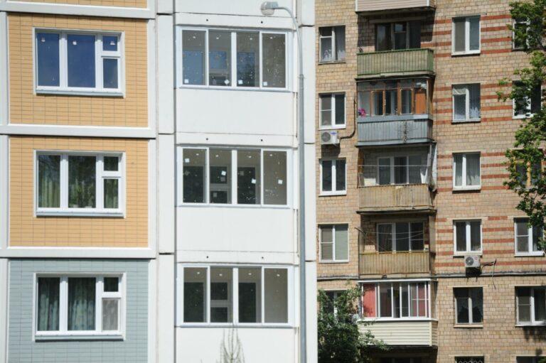 В Астрахани 6-летняя девочка выпала из окна седьмого этажа вместе с собакой