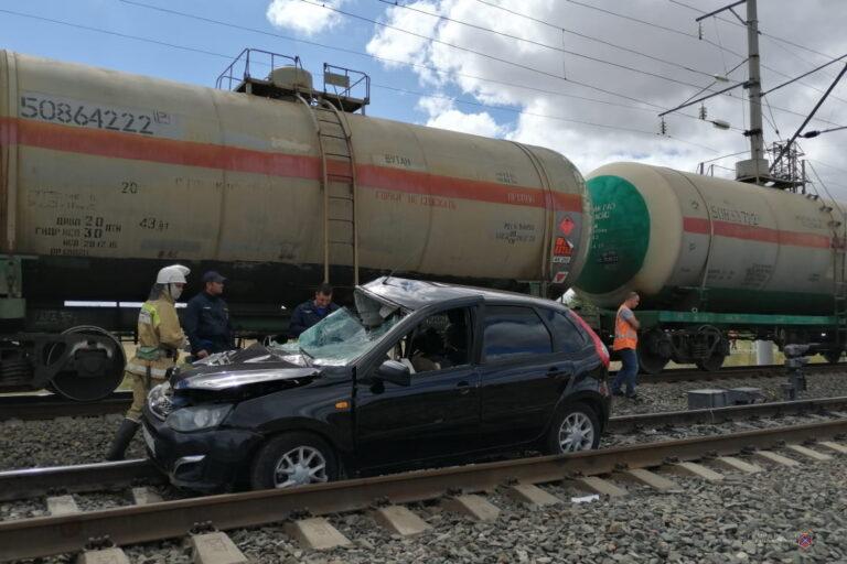 В Камышинском районе «Лада Калина» врезалась в грузовой состав: водитель погиб