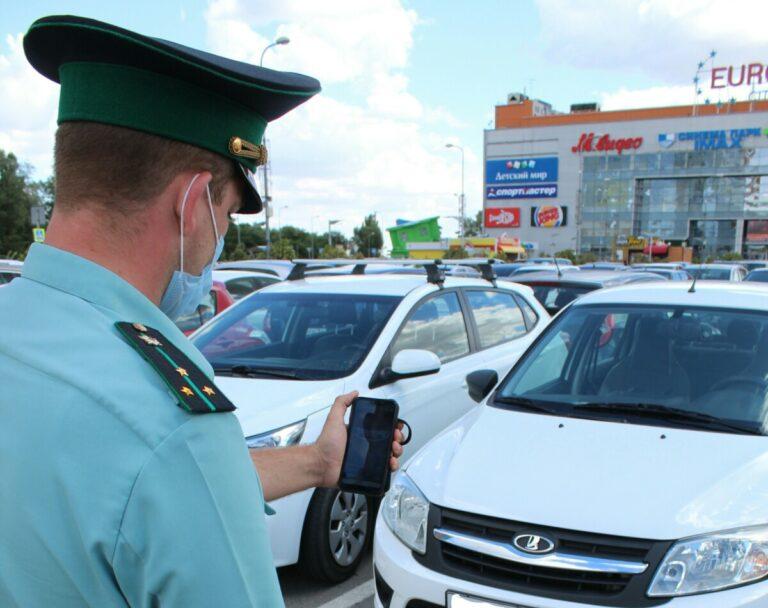 В Волгограде искали должников на парковках торговых центров