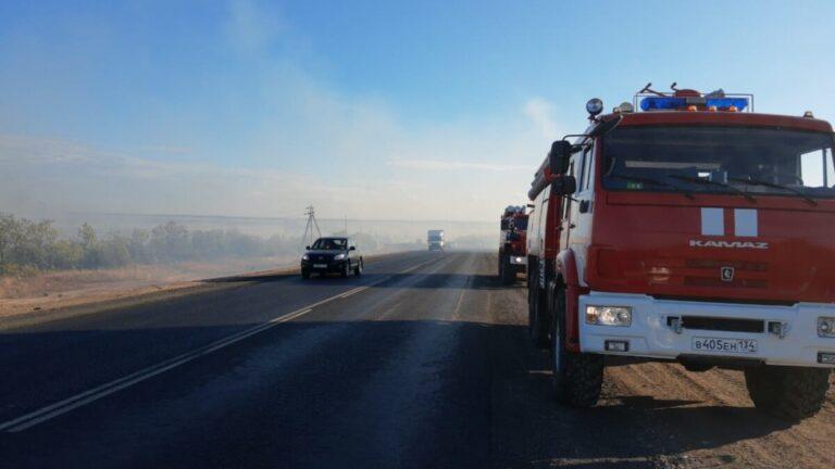 Спасатели до ночи тушили пожар в Дубовском районе