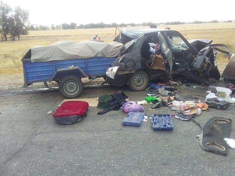 Под Волгоградом водитель легковушки с прицепом спровоцировал смертельное ДТП