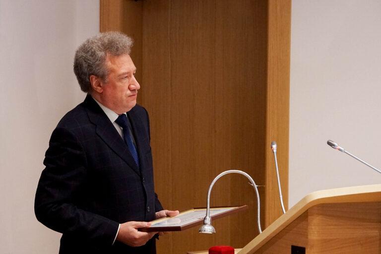 Главному дирижеру Волгоградского симфонического оркестра вручена награда Совета Федерации