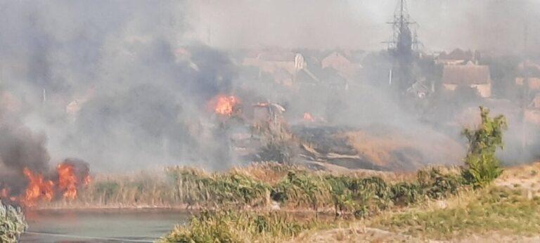 В Волгограде тушат сильный пожар рядом с СНТ «Восход»