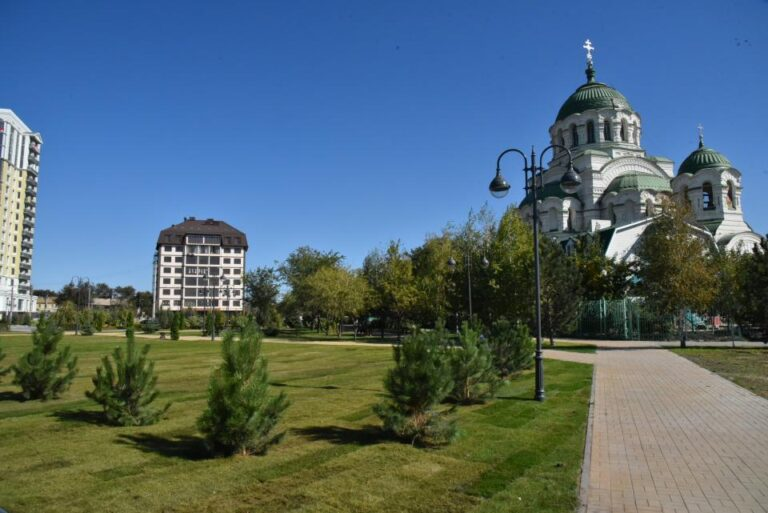 После жалобы астраханки на территории у Храма Святого Владимира начался ремонт