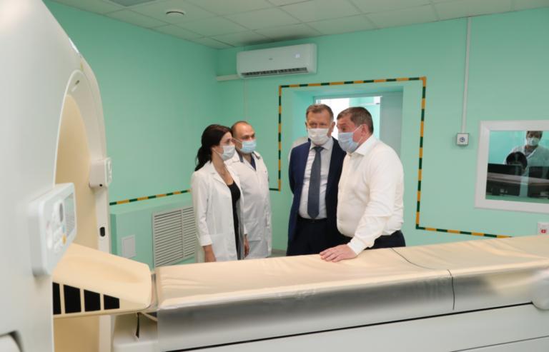 Губернатор Андрей Бочаров сделал прививку от гриппа в областной больнице