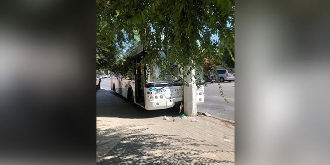 СМИ: из-за драки водителей автобус врезался в столб в Волгограде