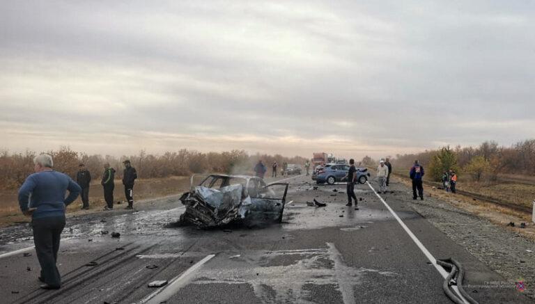 Под Волгоградом большегруз с цистерной протаранил две иномарки: пятеро пострадали