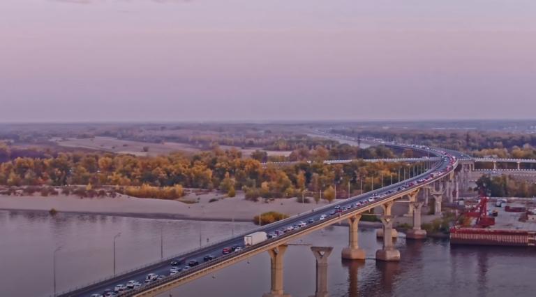 Блогер показал с высоты гигантскую пробку на мосту через Волгу