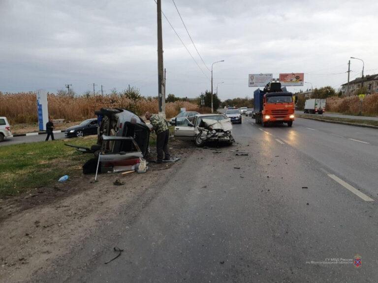 «Автомобили в хлам»: на юге Волгограда ВАЗ столкнулся с BMW