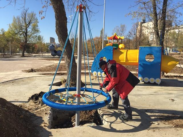 В парке Гагарина устанавливают детскую площадку и тренажеры для воркаута