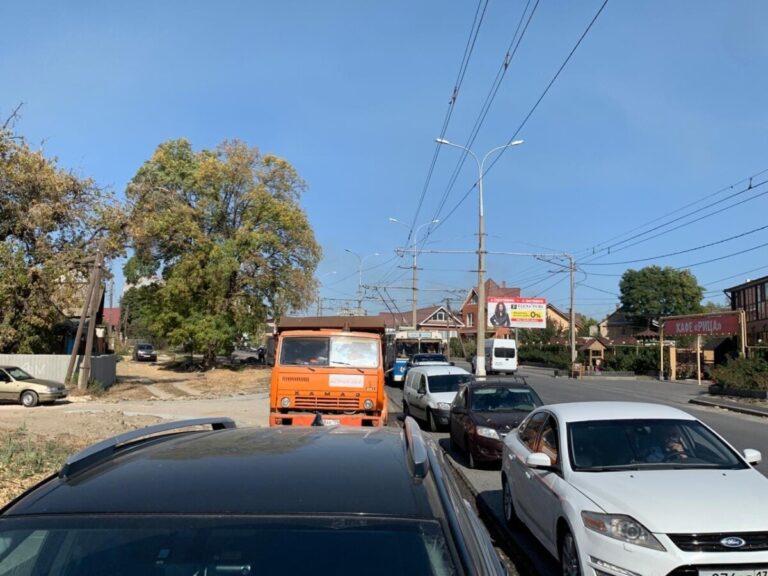 На улице Тулака из-за ремонта дороги встали троллейбусы
