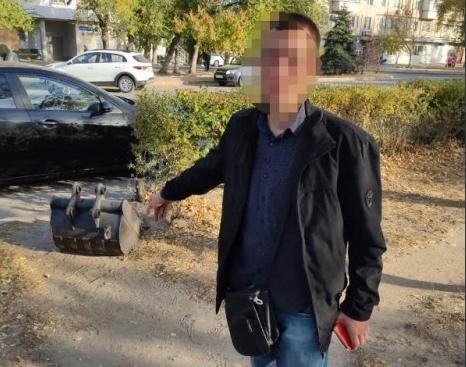 В Волгограде безработный мужчина украл ковш от экскаватора