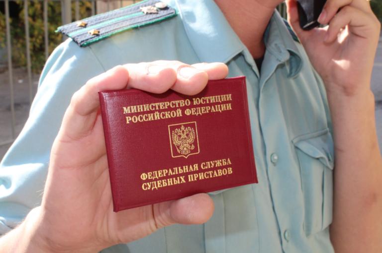 Волгоградские приставы заблокировали машину должника служебным автомобилем