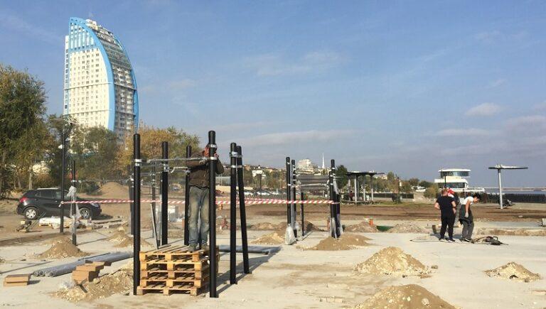 В центре Волгограда у «Гасителя» устанавливают спортивные тренажеры