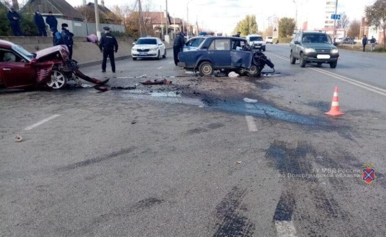 В Волжском водитель «Крайслера» вылетел на «встречку» и угробил пожилую женщину-водителя «ВАЗа»