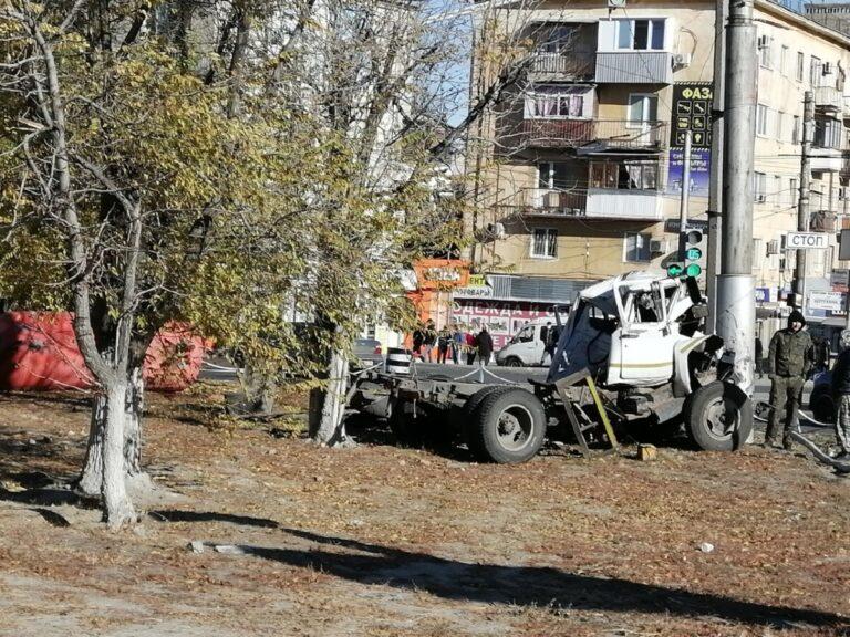 В Волгограде на улице Ополченской машина «Доставка воды» врезалась в столб