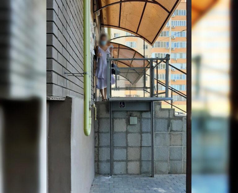 В Астрахани девочка около подъезда упала на бетон и сломала семь позвонков: возбуждено уголовное дело