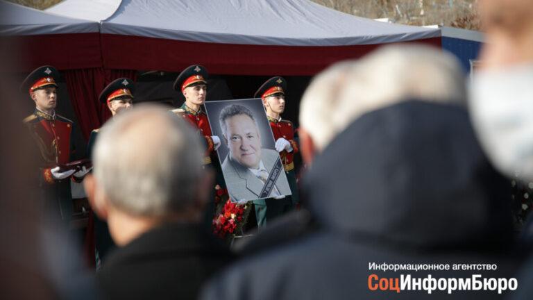 Похоронили рядом с супругой: в Волгограде простились с Николаем Максютой