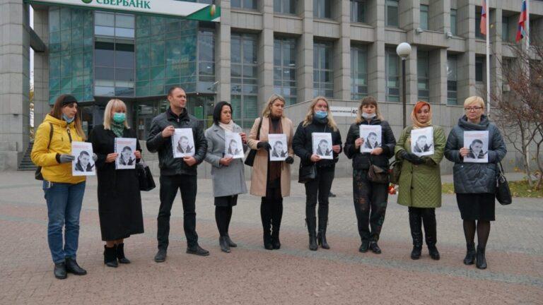 В центре Волгограда у банка, где избили волгоградца из-за сообщения в чате, организовали митинг