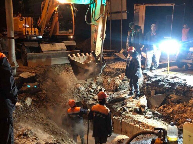 В Волгограде на месте коммунальной аварии на улице Землячки открыли одну полосу движения