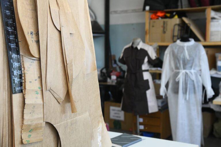 В Волгоградской области для защиты медиков сшили 65 тысяч костюмов